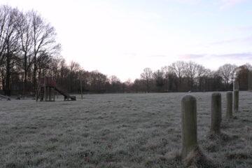 De eerste winterdag kinderen spelen