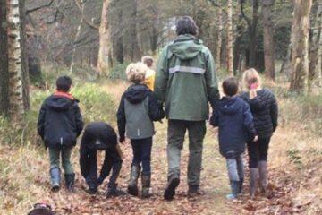 Leerlingen met de boswachter van Staatsbosbeheer op pad